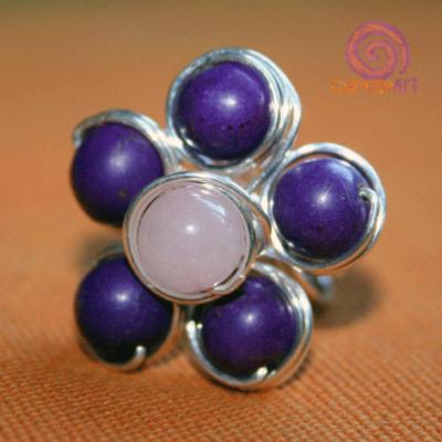 Bisutería-Curioseart-anillo-laton-flor-turquesa-morado-y-cuarzo-rosa