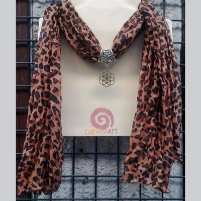 Bisuteria Curioseart-Fular collar piel leopardo tostado con colgante celta dorado